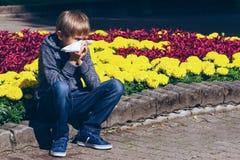 Bambino all'aperto con il tessuto che ha allergia Immagini Stock Libere da Diritti