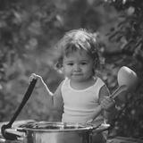 Bambino all'aperto Ragazzo sorridente con capelli ricci biondi Fotografie Stock