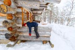 Bambino all'aperto sull'inverno Immagine Stock