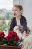 Bambino alla finestra Immagini Stock Libere da Diritti