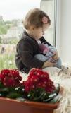 Bambino alla finestra Fotografia Stock Libera da Diritti
