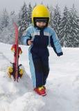 Bambino alla località di soggiorno di corsa con gli sci Immagini Stock