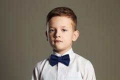 Bambino alla moda bambino alla moda in farfallino Fotografia Stock