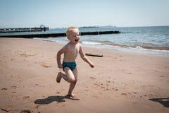 Bambino alla spiaggia Fotografie Stock