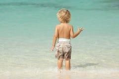 Bambino alla spiaggia un giorno di estate Immagine Stock