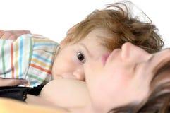 Bambino allarmato con la mamma addormentata Fotografie Stock