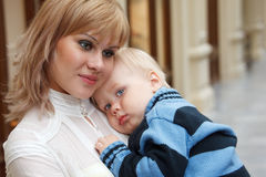 Bambino alle mani della sua madre, primo piano. Fotografie Stock