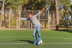 Bambino allegro che celebra successo nel calcio Immagine Stock Libera da Diritti