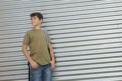 Bambino allegro che porta il suo zaino Fotografie Stock Libere da Diritti