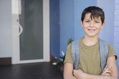 Bambino allegro che porta il suo zaino Fotografia Stock Libera da Diritti