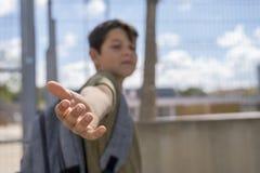 Bambino allegro che porta il suo zaino che sta davanti allo Sc Fotografia Stock