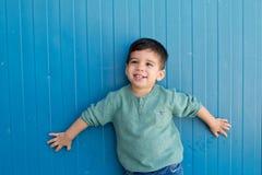 Bambino allegro con due anni sulla via Fotografia Stock Libera da Diritti