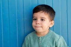 Bambino allegro con due anni sulla via Fotografie Stock