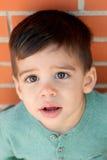Bambino allegro con due anni sulla via Fotografia Stock