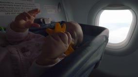 Bambino allegro con il giocattolo in culla piana speciale video d archivio