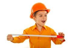 Bambino allegro del costruttore che osserva via Fotografie Stock Libere da Diritti