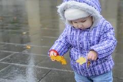 Bambino allegro felice che tiene una foglia di autunno in mani Fotografia Stock Libera da Diritti