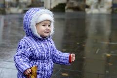 Bambino allegro felice che tiene una foglia di autunno nelle mani e nel sorridere Immagini Stock