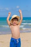 Bambino allegro nella spiaggia fotografia stock libera da diritti