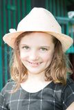 Bambino allegro sei anni di ragazza all'aperto nel giorno di estate di primavera Immagine Stock Libera da Diritti