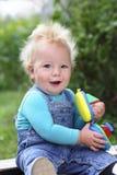 Bambino allegro sull'aria aperta un giorno di estate Fotografia Stock