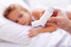 Bambino ammalato con l'inalatore in priorità alta Immagini Stock