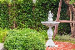 Bambino Angel Statue in pietra sulla fontana nel giardino Immagini Stock Libere da Diritti