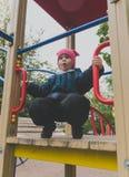 Bambino 4, 5 anni che giocano nel campo da giuoco Fotografia Stock Libera da Diritti
