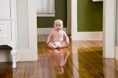 Bambino anziano di sette mesi Chubby nel paese sul pavimento Fotografie Stock Libere da Diritti