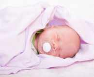 Bambino appena nato (ad un'età dei 7 giorni) Fotografie Stock Libere da Diritti