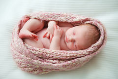 Bambino appena nato addormentato immagini stock libere da diritti