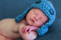 Bambino appena nato con il cappello del bombardiere immagine stock libera da diritti