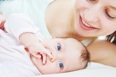 Bambino appena nato con la madre Immagini Stock