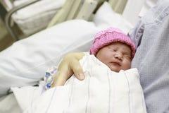 Bambino appena nato nell'ospedale immagine stock