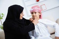 Bambino arabo felice a casa con sua madre Immagini Stock