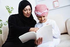 Bambino arabo felice a casa con sua madre Immagine Stock Libera da Diritti