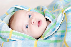 Bambino in asciugamano blu Fotografia Stock