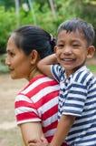 Bambino asiatico è sopra indietro di sua madre Fotografia Stock Libera da Diritti