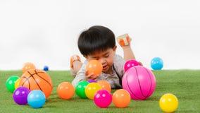 Bambino asiatico alla stanza dei giochi immagini stock libere da diritti