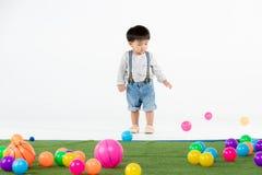 Bambino asiatico alla stanza dei giochi fotografia stock