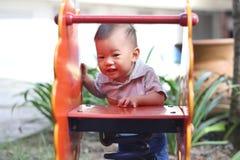 Bambino asiatico in campo da giuoco Immagini Stock