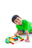 Bambino asiatico che gioca i blocchetti di legno del giocattolo, isolati su backgroun bianco Immagine Stock Libera da Diritti
