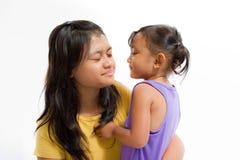 Bambino asiatico che gioca i giochi di divertimento con la babysitter immagine stock libera da diritti
