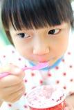 Bambino asiatico che mangia il gelato fotografie stock