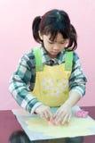 Bambino asiatico che produce i biscotti Fotografia Stock
