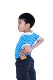 Bambino asiatico che sfrega i muscoli del suo più lombo-sacrale Isolato su bianco Fotografie Stock