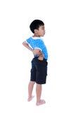 Bambino asiatico che sfrega i muscoli del suo più lombo-sacrale Isolato su bianco Fotografie Stock Libere da Diritti