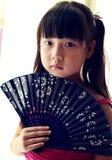 Bambino asiatico che tiene il ventilatore di carta Immagine Stock Libera da Diritti