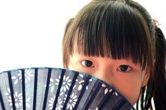 Bambino asiatico che tiene il ventilatore di carta Fotografia Stock