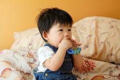 Bambino asiatico con il giocattolo Fotografie Stock Libere da Diritti